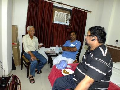 Meeting between VU2JAU, VU2LNA and VU3ARF on arrival at Gwalior